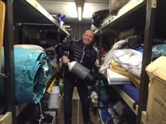 Vi lastar båten med alla tillbehör och reservdelar som vi fick med