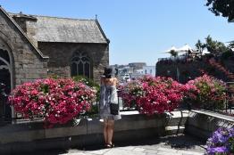 Cecilia tittar ut över hamnen i st Peter Port