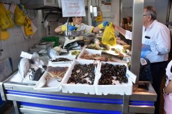 På fiskmarknaden. Percebes nere till höger
