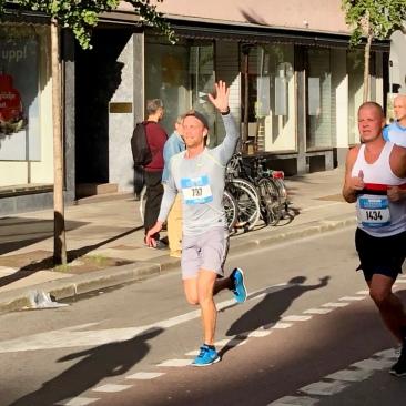 Sonen Fredrik sprang halvmaran