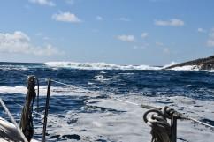 Dyningarna bryter bredvid båten