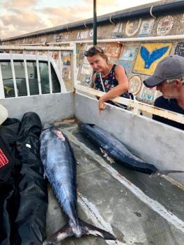 Anki och jag kollar in fiskarna