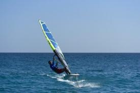 Grannbåten windsurfar