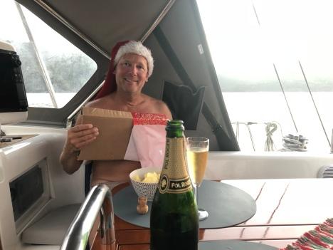 Jocke öppnar julklapp