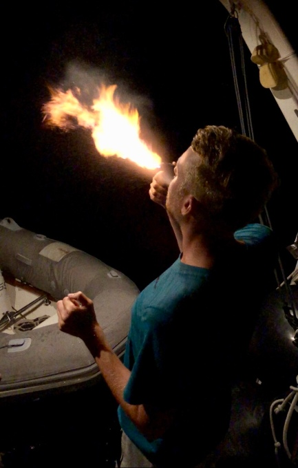 Oskar testar eldsprutning