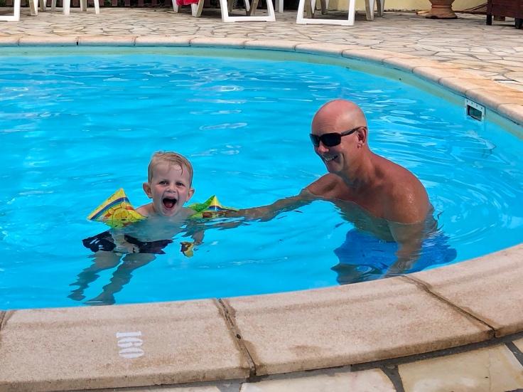 Jocke och Liam i poolen