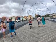 På väg över bron