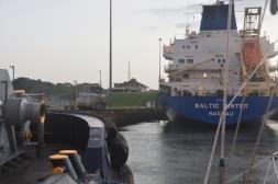 >förtöjda vid en bogserbåt